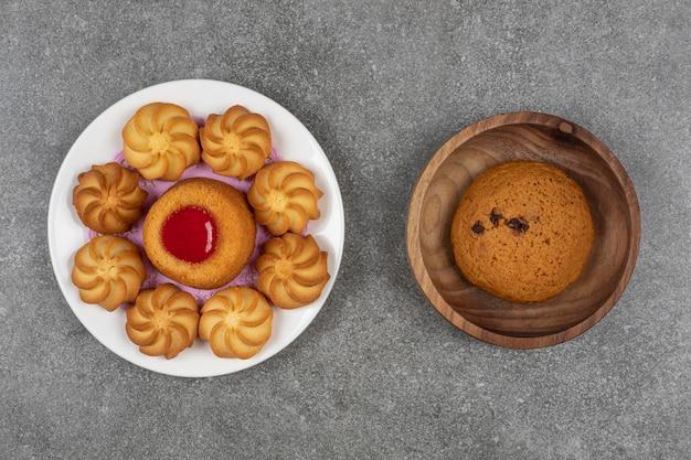 Вкусное сладкое печенье на белой тарелке.