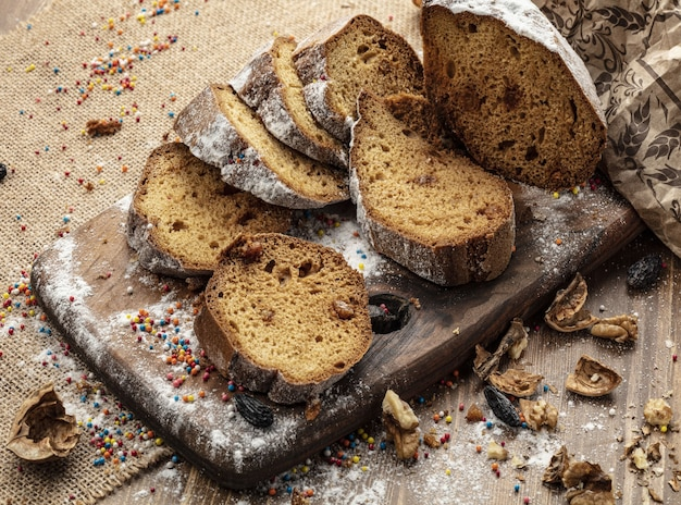 나무 배경에 맛있는 달콤한 빵 롤