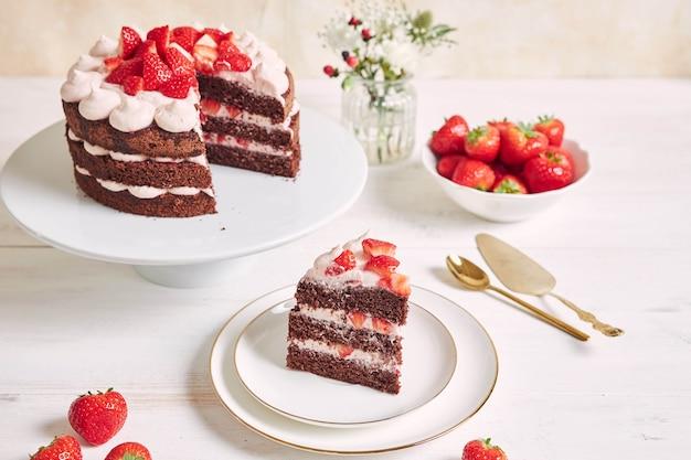 Torta deliziosa e dolce con fragole e baiser su un piatto