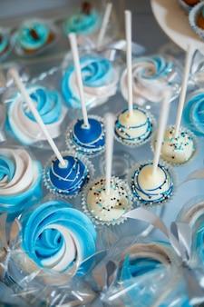 誕生日の子供のためのおいしい甘いキャンディーとビスケット