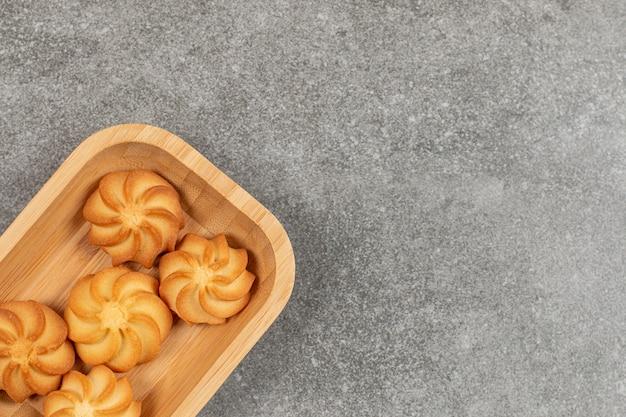木製のボウルにおいしい甘いクッキー。