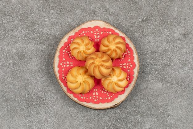 木片においしい甘いクッキー。