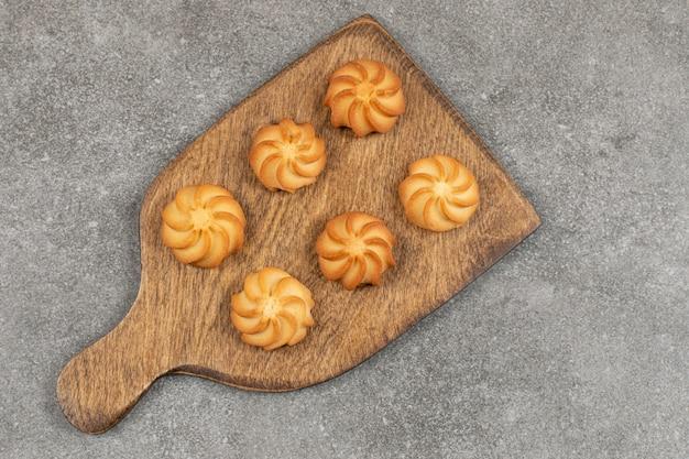 Вкусное сладкое печенье на деревянной доске.