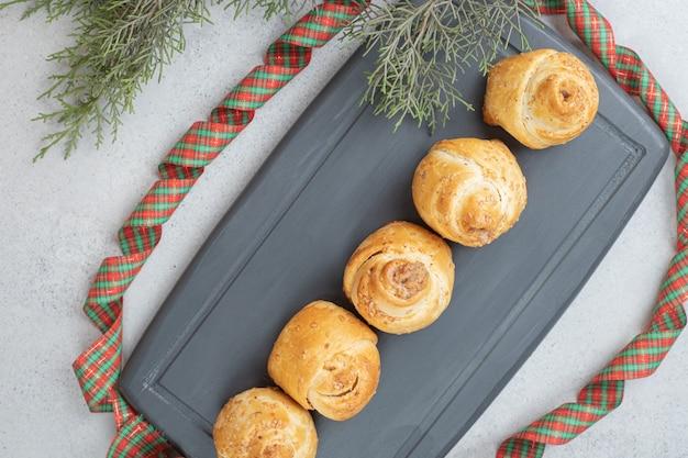 お祝いの弓とおいしい甘いクッキー