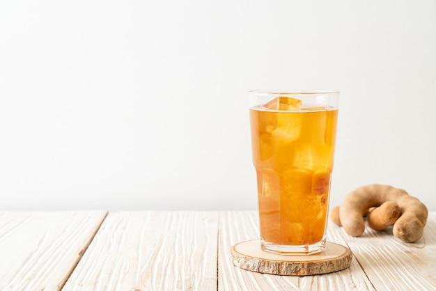 おいしい甘い飲み物タマリンドジュースとアイスキューブ-健康的な飲み物のスタイル