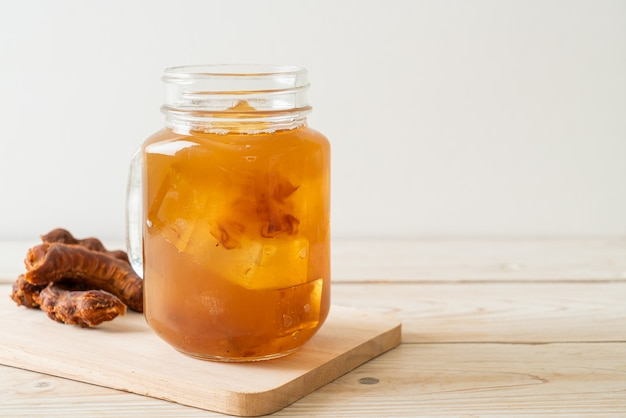 맛있는 달콤한 음료 타마 린드 주스와 아이스 큐브. 건강 음료 스타일