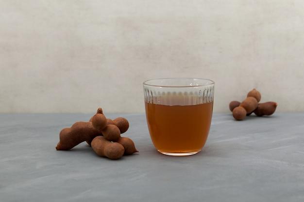 おいしい甘い飲み物タマリンド、石のテーブルの上の熟したタマリンド。