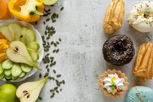 맛있는 단 음식과 건강한 과일; 질감 표면에 야채