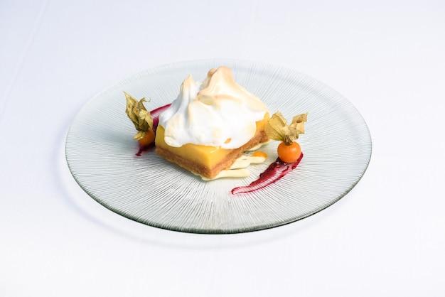 접시에 맛있는 달콤한 레몬 케이크