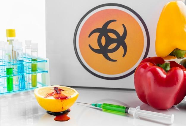 Delizioso peperone e limone ripieni di sostanze chimiche