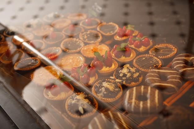 ベーカリーショップの小売店で陳列されているおいしい甘いテルテレット