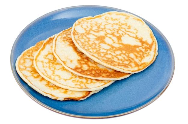 Вкусные сладкие тонкие блины на голубой тарелке. студийное фото