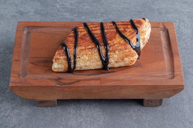나무 보드에 맛있는 달콤한 삼각형 과자