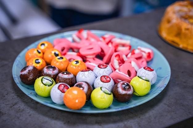 Вкусные сладости и конфеты на тарелке.