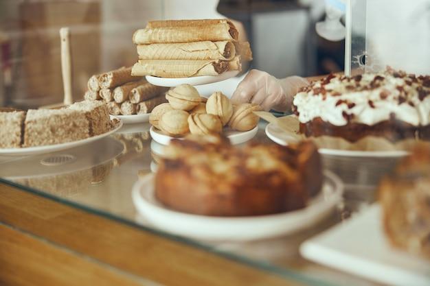 美味しいお菓子。パン屋とレストランの砂漠。甘い食べ物、ビュッフェ。不健康な食品。ケーキのかけら。