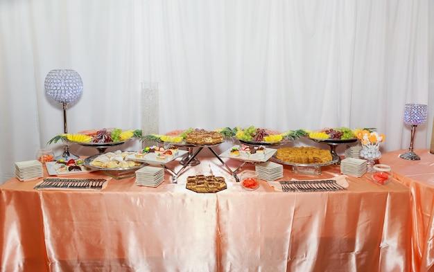 사탕 뷔페 달콤한 테이블에 맛있는 과자