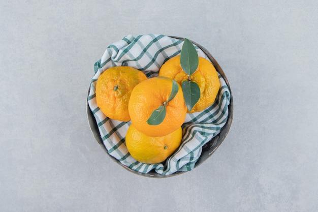 금속 그릇에 맛있는 귤 과일