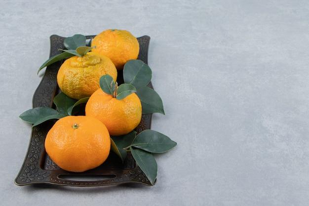 금속 트레이에 맛있는 귤 과일