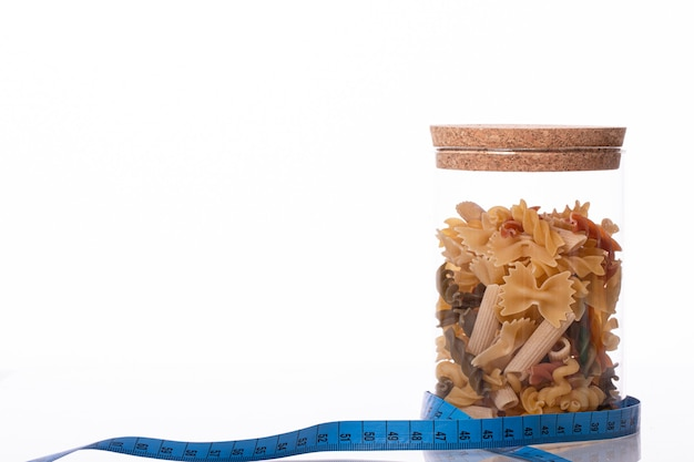 Вкусная вкусная свежая органическая цельнозерновая итальянская паста в закрытой стеклянной банке