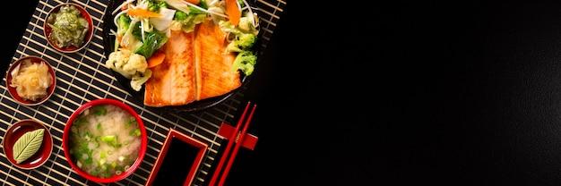 철 냄비에 야채와 함께 맛있는 철판 구이 연어 그릴 음식. 평면도