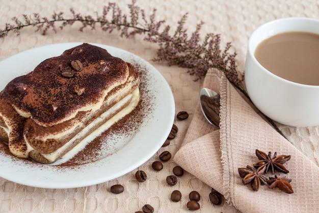 Вкуснейший тирамису с чашкой кофе с молоком - идеальный завтрак или десерт.