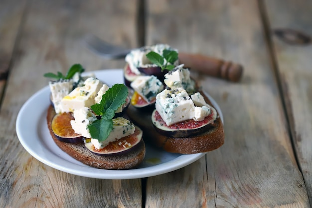Delicious toast with gorgonzola cheese and figs