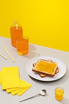 Вкусный тост с лимонным джемом на сером фоне