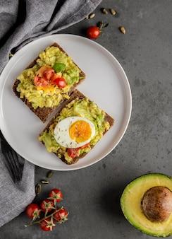 Вкусный тост с овощным кремом flat lay