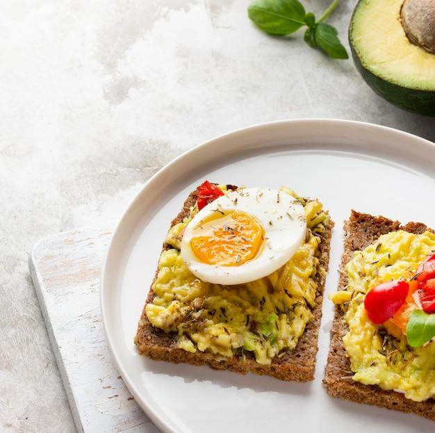 Delizioso toast con crema vegetariana