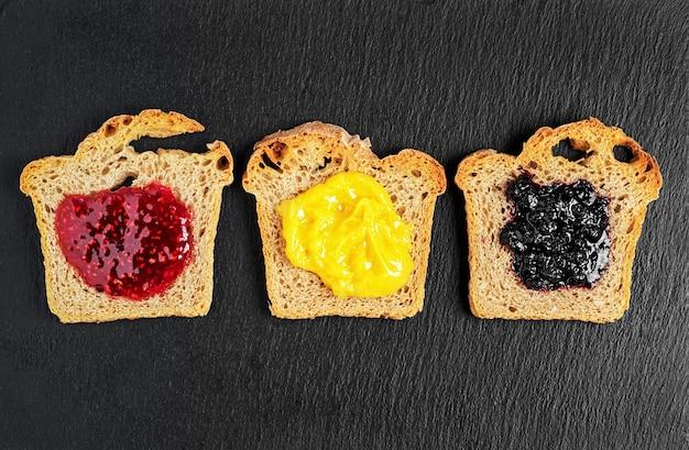 Deliziosi toast con dolci fatti in casa di lamponi, marmellata di mirtilli e salse sabanion