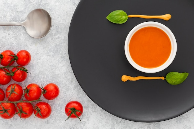 提供する準備ができているおいしいトマトスープ