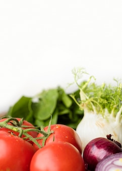 건강한 샐러드를위한 맛있는 토마토와 채소