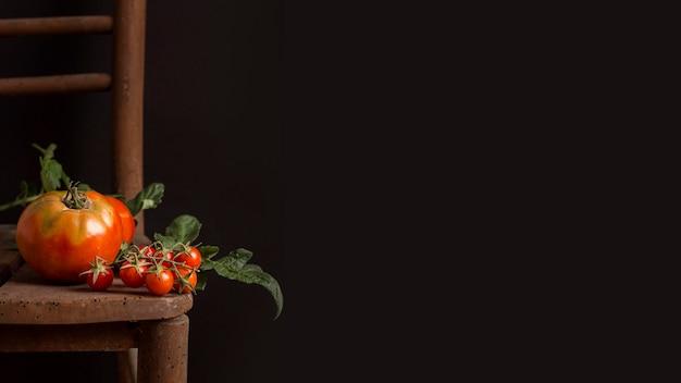 Вкусные помидоры на старом стуле