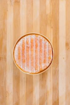 調理中のおいしい伝統的なドイツチーズのクローズアップ。チーズを作るために。