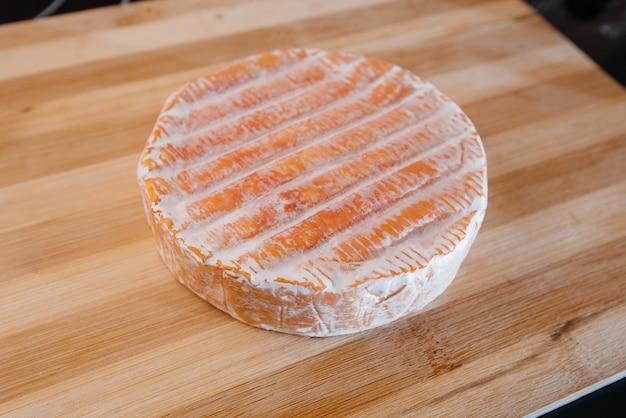 調理中のおいしい伝統的なドイツチーズのクローズアップ。