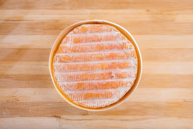 Вкусный традиционный немецкий сыр крупным планом во время приготовления