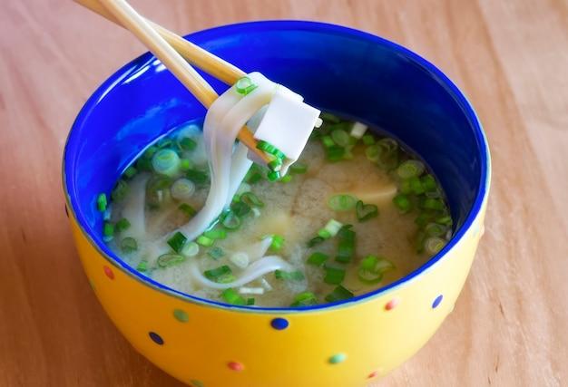 Вкусный традиционный японский суп мисо в миске. азиатская кухня