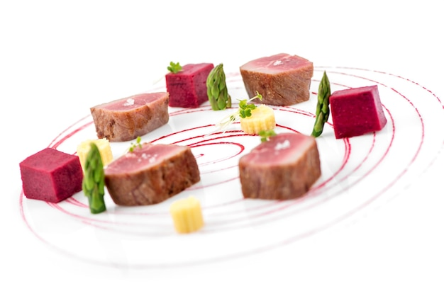Вкусные тако с тунцом представлены на белой тарелке с гарниром.