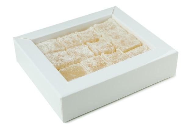 Вкусный рахат-лукум, изолированные на белом фоне