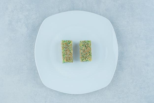 대리석 배경에 접시에 맛있는 터키어 기쁨. 고품질 사진