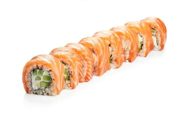サーモン、キュウリ、アボカドを添えたおいしい裏巻き寿司フィラデルフィア。クラシックな日本料理。食品デリバリー。白で隔離。