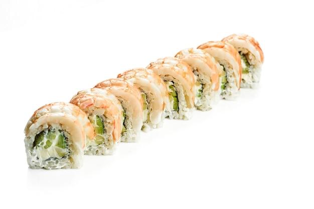 エビ、キュウリ、アボカドを添えた美味しい裏巻き寿司フィラデルフィア。クラシックな日本料理。食品デリバリー。白で隔離。