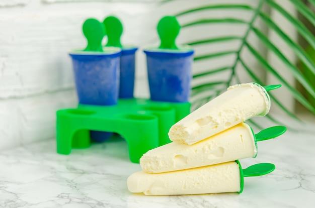 Вкусное ванильное домашнее мороженое в специальной форме для заморозки. домашние сладости, десерты.