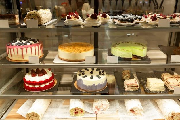ガラスの陳列ケースに入った美味しいケーキやペストリー。正面図。