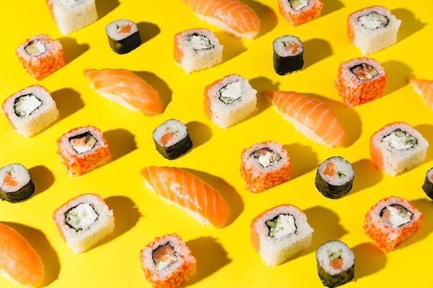Вкусный выбор суши на столе