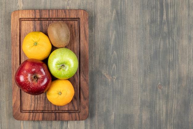 木製のテーブルの上のおいしい様々な果物