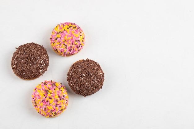 흰색 표면에 뿌리와 맛있는 다양한 퍼프 쿠키