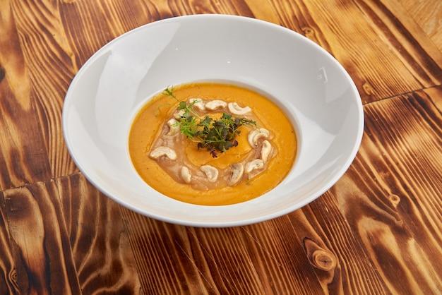Вкусный веганский крем-суп с луком-пореем, картофелем, чесноком и орехами кешью