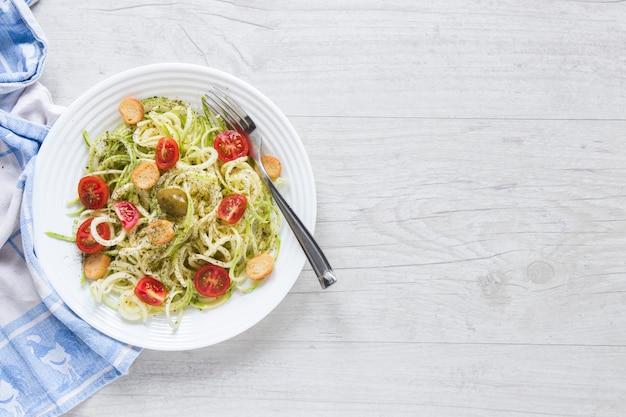 Вкусные веганские макароны на тарелку с копией пространства