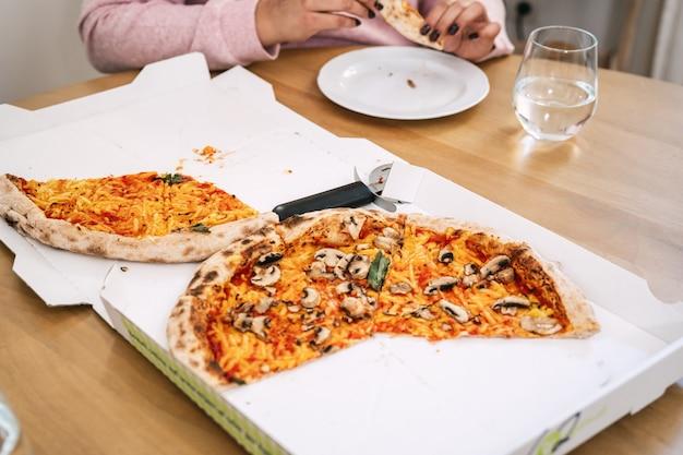 トマト、マッシュルーム、ビーガンチーズを使った自然の侵略者から作られたおいしいビーガンピザ。ビーガンの健康食品